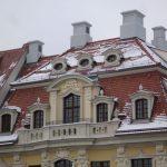 Dinglingerhaus mit Schornsteinen und Ziervasen