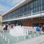 wieder aufgestellte Springbrunnen auf dem Vorplatz des Kulturpalastes