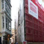 """Frauenstraße mit Erker vom Köhlerschen Haus und Baustelle vom Quartier V-1 """"Moritzhaus"""""""
