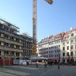 Blick auf die Rekonstruktion des Leitbaus Regimentshaus (links im Bild)