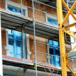 """Ziegelmauerwerk und fertig eingebaute Fenster beim """"Blobeleck"""""""