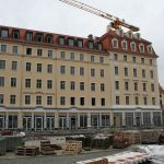 Im USD-Bauprojekt des Quartier VI entsteht nun im Erdgeschoss die Sempersche Ladenfront nach alten Vorlagen neu.