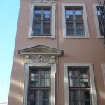 Fassadendetails Chiapponisches Haus mit Fensterverdachungen und Bauschmuck