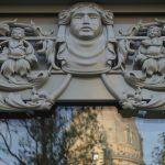 Mittlerweile sind auch die ornamentalen Elemente der Semperschen Ladenfront an der Ecke zum Jüdenhof angebracht worden.