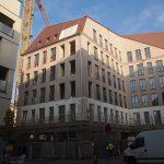 Die Fassade des Jüdenhofgebäudes von Stellwerk Architekten ist, anstatt wie in den Plaungen grau vorgesehen, nun in einer hellen rosigbraun-violetten Farbe gestrichen.