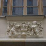 Dinglingerhaus (Frauenstraße) mit einer Sandsteinrelieftafel im 1. OG