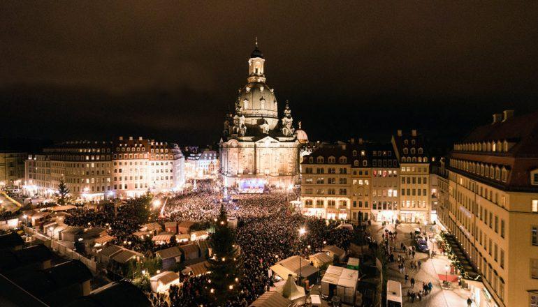 Weihnachten beginnt vor der Frauenkirche mit dem Friedenslicht aus Bethlehem
