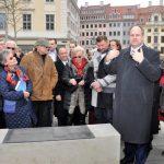 Dresdens OB Hilbert beim Vorstellen der bronzenen Spendertafel