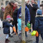 """Freitag 12. April - Kinder begießen eine Platane der künftigen """"Baumhalle""""."""