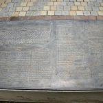 Bronzene Spendertafel auf einer Sitzbank