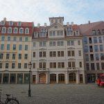 """Jüdenhof: """"Neumarkt Palais City One"""" mit dem rekonstruierten Regimentshaus (Mitte)"""