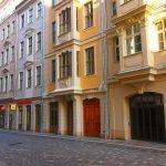 """Frauenstraße mit Blobel-Garageneinfahrt und """"Neumarkt Palais City One"""" von USD"""