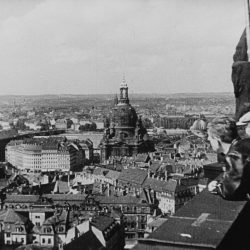 df_bo-pos-10_0000186_ Borchert, Christian_ Blick vom Rathausturm zum Neumarkt mit Frauenkirche (Szene aus de... , 1939