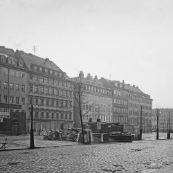 df_hauptkatalog_0041704_Donadini, Ermenegildo Antonio_ Dresden-Neustadt. Hauptstraße. Ostseite, im Vordergrund die im Abriß befindlichen Wasserhäuser. Blick nach Süden, nach 1895