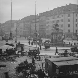 df_hauptkatalog_0044710_ Donadini, Ermenegildo Antonio_ Dresden-Neustadt. Neustädter Markt mit Verkaufsständen und Reiter... , um 1900