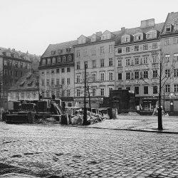 df_hauptkatalog_0044711_ Donadini, Ermenegildo Antonio_ Ostseite der Hauptstraße mit den im Abbruch befindlichen Wasserhäusern, nach 1895