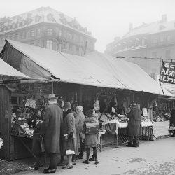 df_hauptkatalog_0110979_ Nowak, Max_ Dresden. Weihnachtsmarkt auf dem Neumarkt, 1925_1945