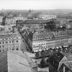 df_hauptkatalog_0268247_Dresden-Neustadt. Blick vom Turm der Dreikönigskirche über die Markthalle und die Hauptstraße nach Südsüdost gegen die Ministerien