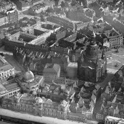 df_hauptkatalog_0305760_ Hahn, Walter_ Dresden. Brühlsche Terrasse und Neumarkt mit Frauenkirche von Nor... , 1924