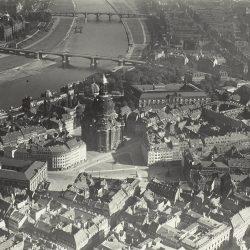 df_hauptkatalog_0312943_ Hahn, Walter_ Dresden_ Blick über den Neumarkt mit Frauenkirche nach Nordosten... , vor 1943