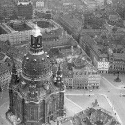 df_hauptkatalog_0312971_ Hahn, Walter_ Dresden. Neumarkt mit Frauenkirche, 1943.10