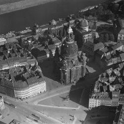 df_hauptkatalog_0313005_ Hahn, Walter_ Dresden_ Neumarkt und Frauenkirche gegen Norden. Luftbild-Schrägaufnahme, vor 1943