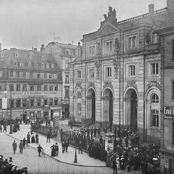 df_hauptkatalog_0356328_ Donadini, Ermenegildo Antonio_ Dresden-Neustadt. Militärkapelle und Menschenmenge vor dem Blockh... , um 1894