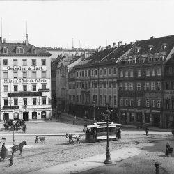 df_hauptkatalog_0400376_ Donadini, Ermenegildo Antonio_ Dresden-Neustadt. Neustädter Markt mit Pferdebahnen. Blick nach S... , um 1895