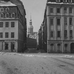 df_hauptkatalog_0570318_ Märker, Heinz_ Dresden-Altstadt. Neumarkt. Blick in die Töpferstraße zum Residenzschloss, vor 1945