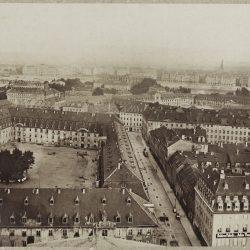 df_pos-2012-c_0000064_ Krone, Hermann_ Dresden-Neustadt. Ritterstraße mit Infanterie- und Artilleriekase... , 1882_1884
