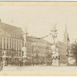 df_pos-2019-a_0000109_ Hoffmann und Römmler_ Dresden. Ehrenpforte in der Neustadt beim Truppeneinzug aus Frank... , 1865.07.11